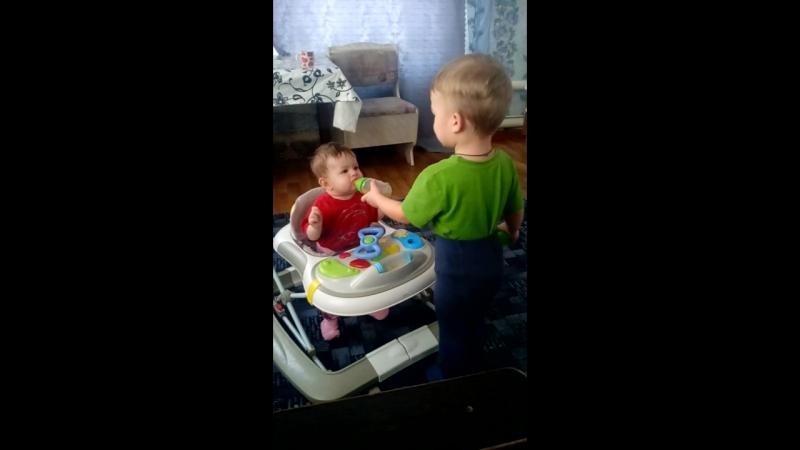 Степан кормит сестренку