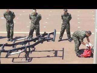 Развлечения бразильских военных - Сборка-разборка на время джипа Виллис