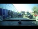 В Краснодаре девушка вышла из автобуса во время движения
