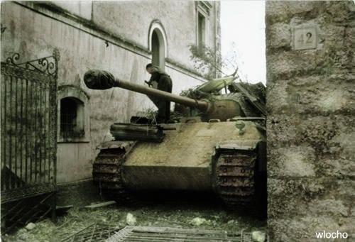 Немецкий средний танк Pz.kpfw V Panther, замаскированный между двумя зданиями. Бой под Монтекассино. Апрель 1944 года.