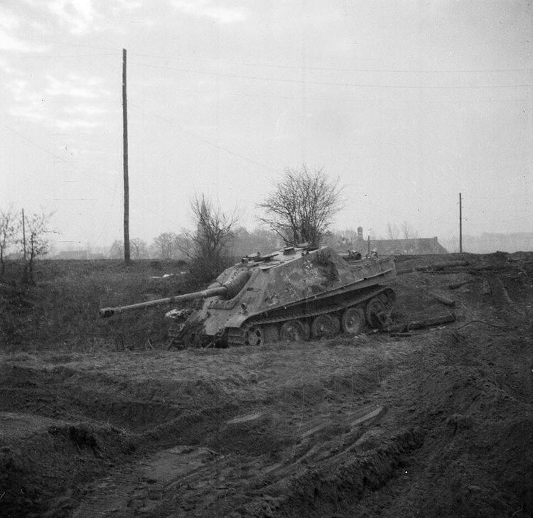 Подбитая на юге немецкого города Клеве самоходная артиллерийская установка Jagdpanther.