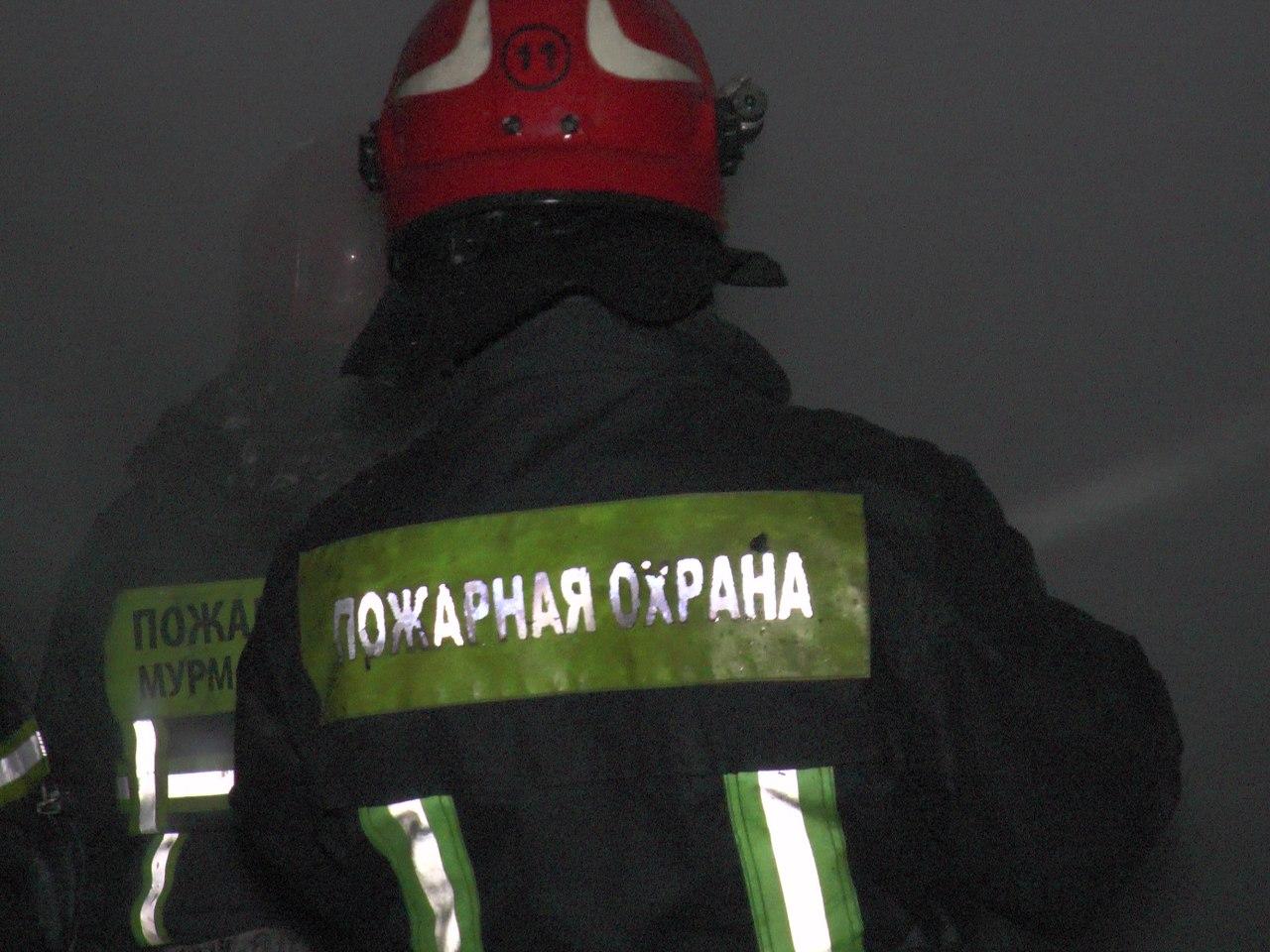 В Мурманске 17 пожарных тушили три гаража