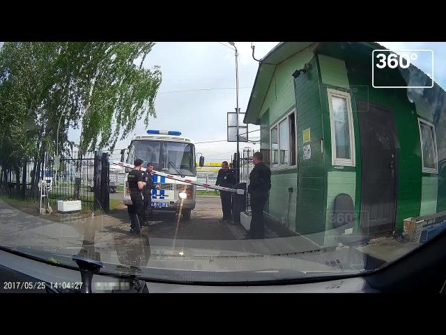 Столичные полицейские силой затолкали в автобус отказавшегося их пропускать ох...