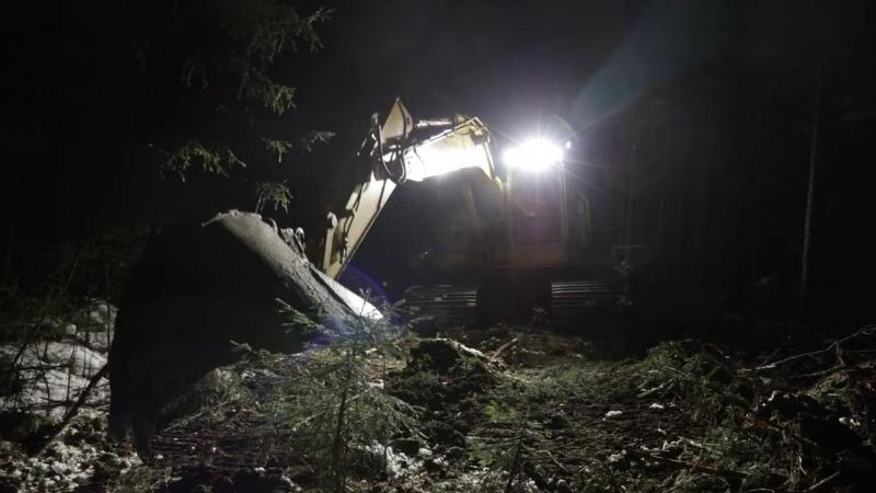 Лесозаготовительный экскаватор оснащенный ксеноновой фарой N45 HID