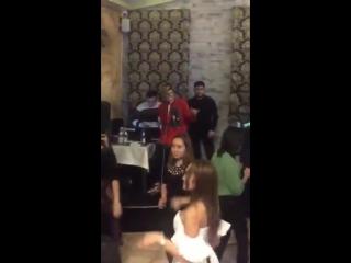 Владислав Рамм исполняет песню в ресторане #2