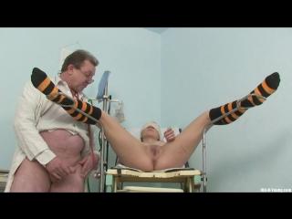 Молодая деа на осмотре у мужика гинеколога. порно секс врач медсестра секс домашнее русское порно