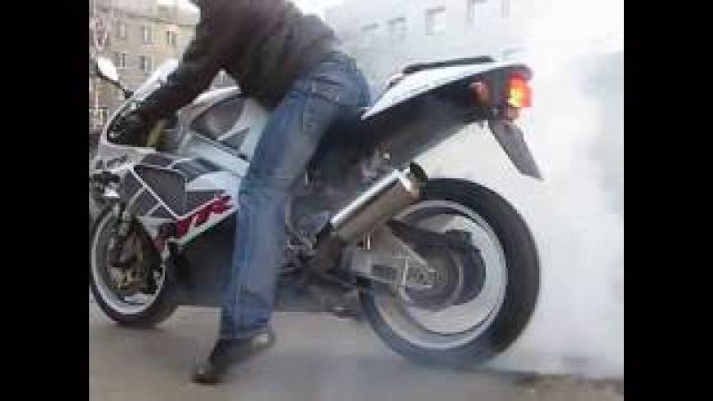 Жжёт резину Honda VTR 1000 SP2