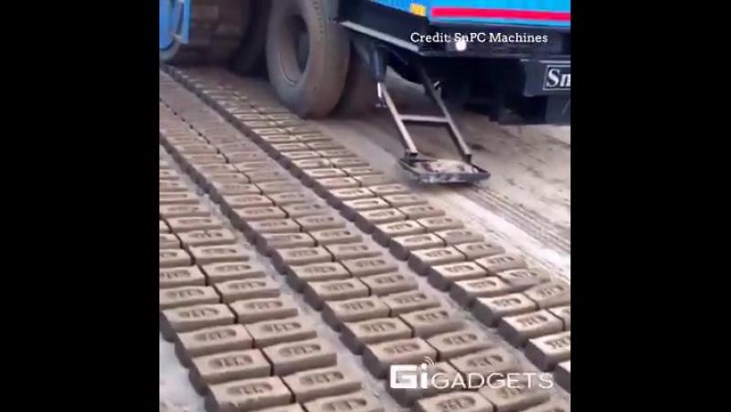 Машина яка виготовляє цеглу.