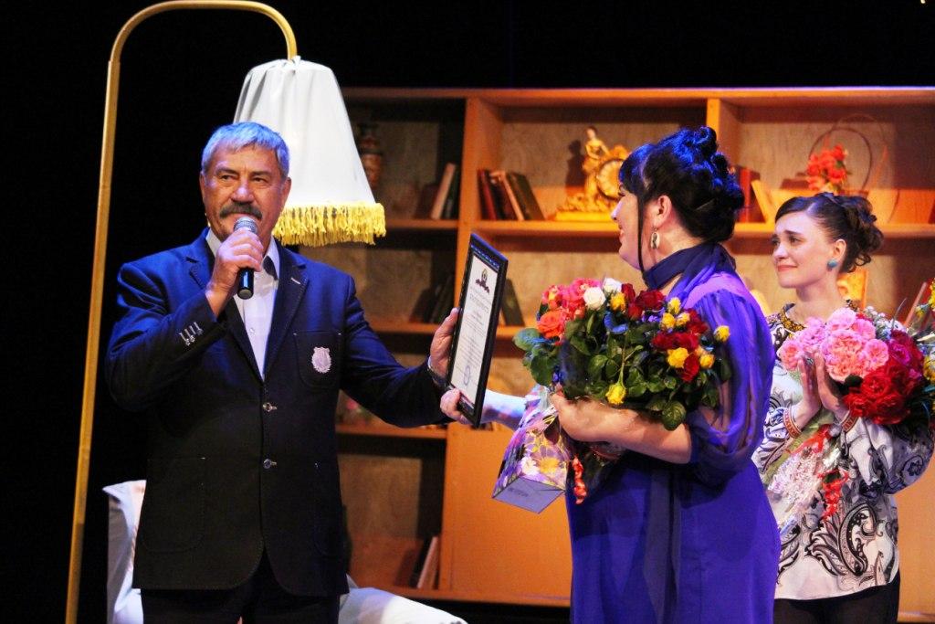 Глава Республики отметил актрису театра на Оборонной Маргариту Колганову благодарностью
