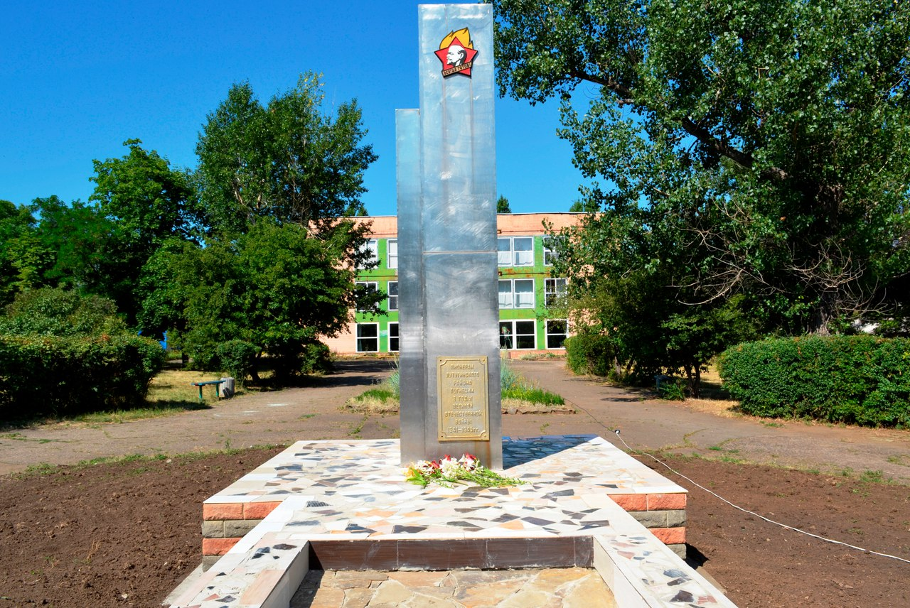 Открытие отреставрированного памятника пионерам, погибшим в годы Великой Отечественной войны, состоялось сегодня в Лутугино