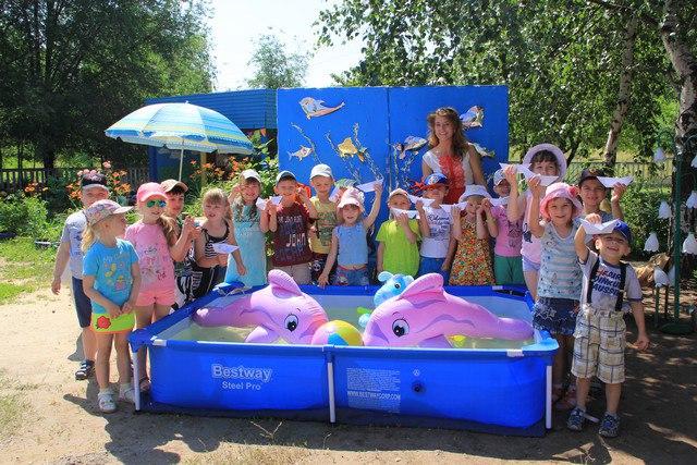 Глава администрации Алчевска передала воспитанникам детского сада надувной бассейн