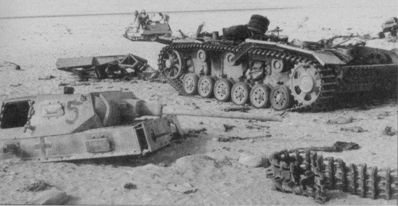 Немецкий танк Pz.Kpfw lll Ausf J из состава 15-й танковой дивизии разорванный взрывом после попадания в боекомплект.Северная Африка.