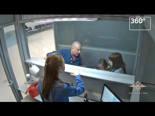 Мышь позорная_ пьяный пассажир на глазах детей устроил дебош в аэропорту Новосиб