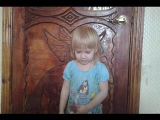 Дочка исполняет песню Эльзы.