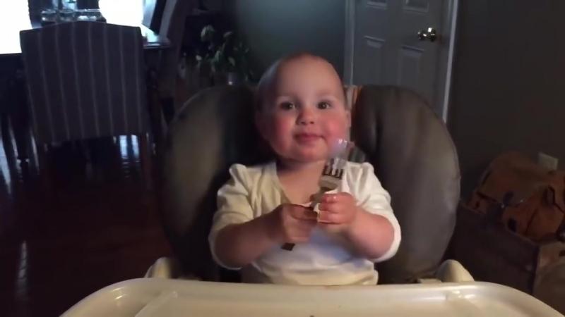 Bebe que tiembla con un tenedor Baby trembles with a fork
