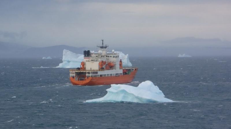 НЭС Академик Трёшников в проливе Шокальского между айсбергов