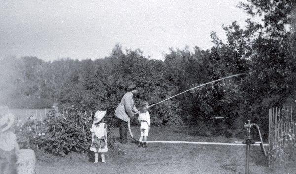 Александр III с детьми поливает деревья в