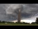 Канадец достриг газон, несмотря на приближающийся торнадо.