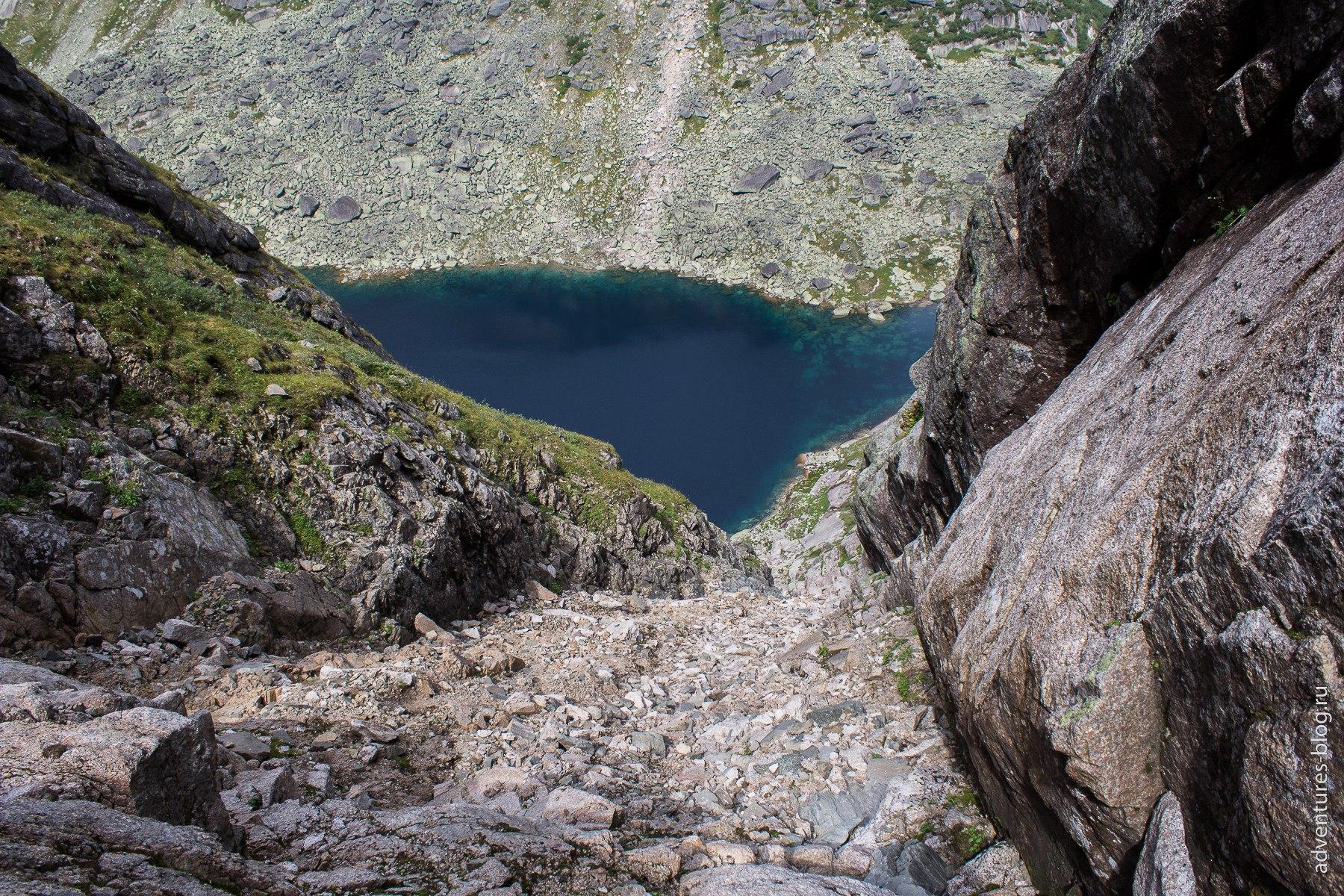 Спуск с перевала Высоцкого к озеру Ледяное