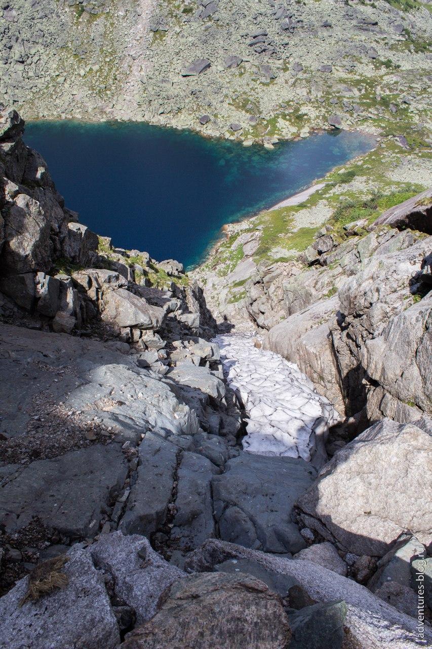 Спуск с перевала Высоцкого, снежник