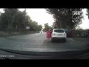 В Таганроге автомобилисткаспровоцировала аварию, выйдя из машиныпосреди проезжей части