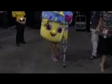 Болельщик «Тандер» пришел на игру с «Уорриорз» в костюме кекса и с костылем