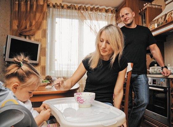 Отец является таким авторитетом для детей, каким не может являться мать, даже если дети душевно ближе к матери. Известно, что, если в семье отец верует в Бога, дети в 80% случаев тоже вырастают верующими, а если только мать, то лишь в 7%.