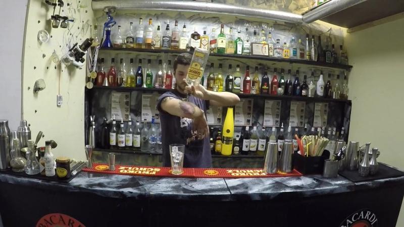 Выпускник школы New Bartenders Алексей Балошка готовит Джин-Тоник и пару его авторских трюков с джигером и бутылкой/