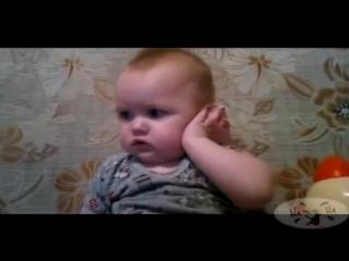Маленький мальчик смешно Разговаривает по телефону