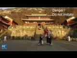 Мастер Кунгфу бросил вызов гравитации. Гора Удан в провинции Хубэй.