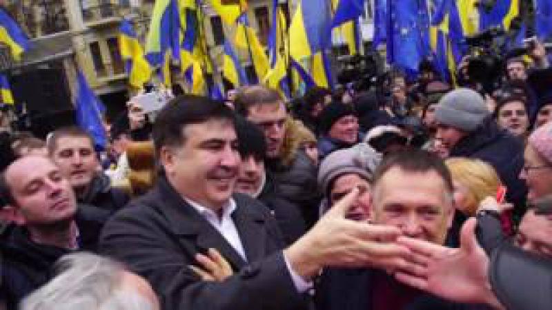 Саакашвілі вітає мітингувальників.