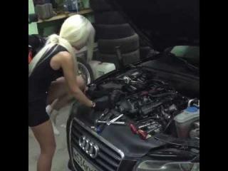 Блондинка ремонтирует ауди audi. Помог бы ?
