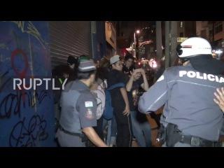 Бразилия: Полиция бисквитные противопехотные Олимпиада демонстрантов с дубинками в Сан-Паулу.