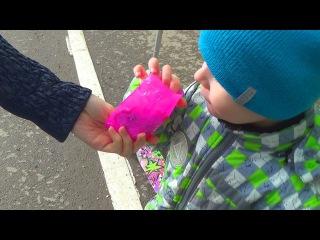 Спиннер или казявка - Макс открывает свит бокс Маша и медведь - видео для детей