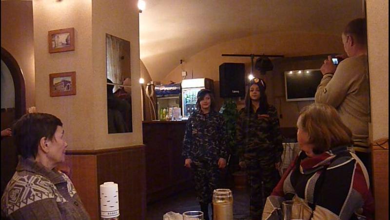 Поют о маме Настя Вергейчик и Анжела Ширман из Азаровского детдома для родителей, чьи дети погибли в