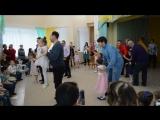 Девочки танцуют с папами,а плюс еще 1 мама)))