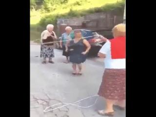 Бабушки веселиться умеют получше молодых!