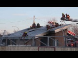 Fireman falls off a roof while batlling building fire - Pompier tombe d'un toit 3/12/2014