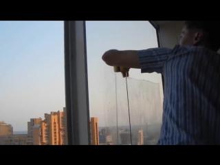 Демонстрация магнитной щетки для мытья окон