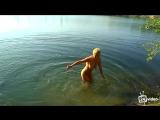 Зрелая женщина купается в озере