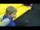 ВЛОГ Мы с Алисой прыгаем на батутах, она постоянно лезет в кубики