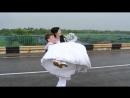 Удивительная свадьба!Невеста несёт жениха через мост!