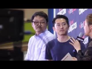Vídeo do steven yeun em seoul comic con. 04 de agosto de 2017.