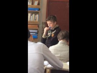 Мальчик сосёт на уроке