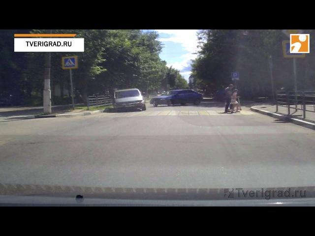 В Твери водитель спровоцировал серьезную аварию и сбежал с места ДТП