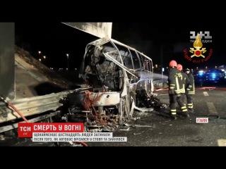 В Італії автобус зі школярами врізався у стовп та згорів