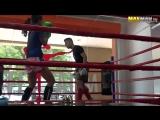 Чемпионка по тайскому боксу косит под новичка в зале....
