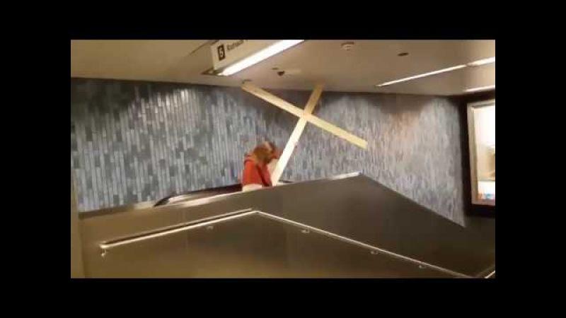 Иисус застрял на эскалаторе в метро.