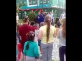 Мэр Сочи Анатолий Пахомов в Международный день защиты детей кинул пакет с подарками для детей прямо на землю