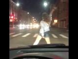Девушка устроила горячие танцы на светофоре перед машинами в Смоленске